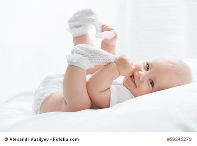 Baby beisst sich in Fuß