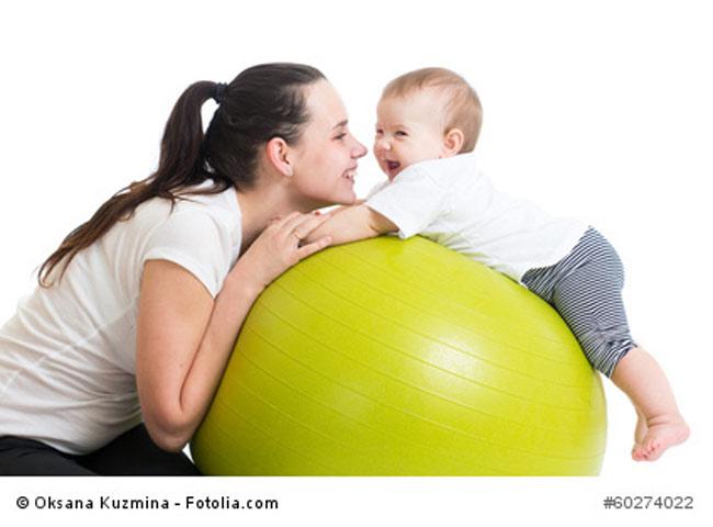 Baby turnt auf Ball