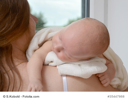 Baby beim Bäuerchen machen