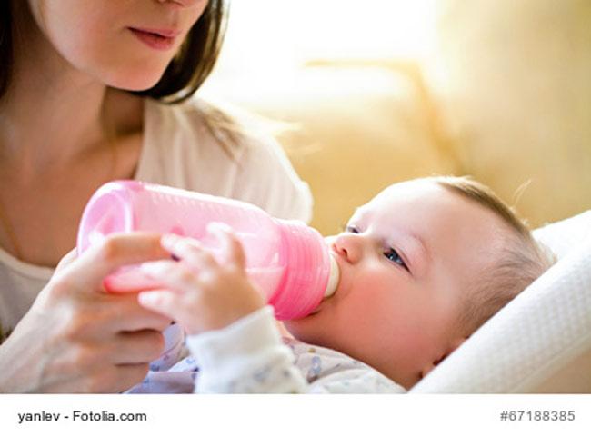 Baby trinkt aus Flasche