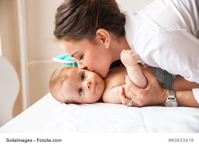 Mama ist zärtlich zu Baby