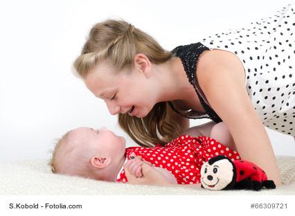 Augenkontakt zwischen Mutter und Kind