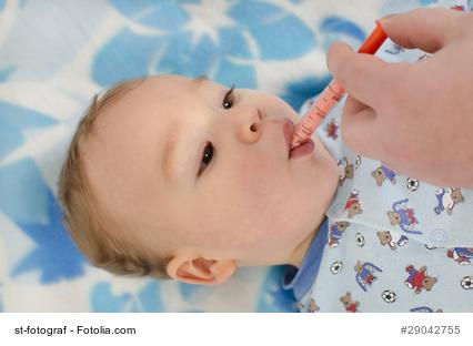 Baby bekommt Schluckimpfung
