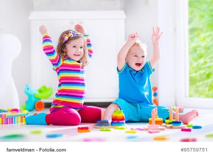 Kinder mit Spielsachen