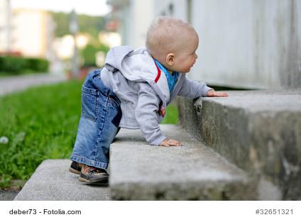 Treppe steigendes Kind