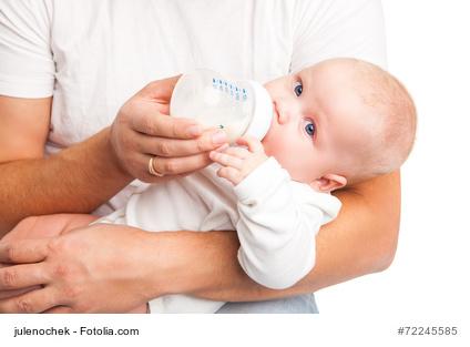 Vater beruhigt Baby