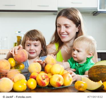 gesunde Ernährung für Mutter und Kinder durch bunte Obstvielfalt